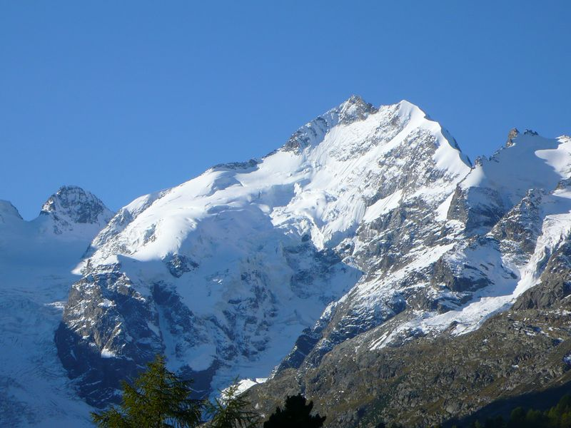 Vista de la cresta Biancograt y del Piz Bernina desde el Paso del Bernina