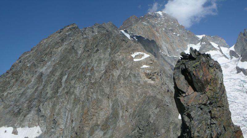 En primer plano el último gendarme antes de llegar al Col de Brouillard. Al fondo la Cresta del Brouillard
