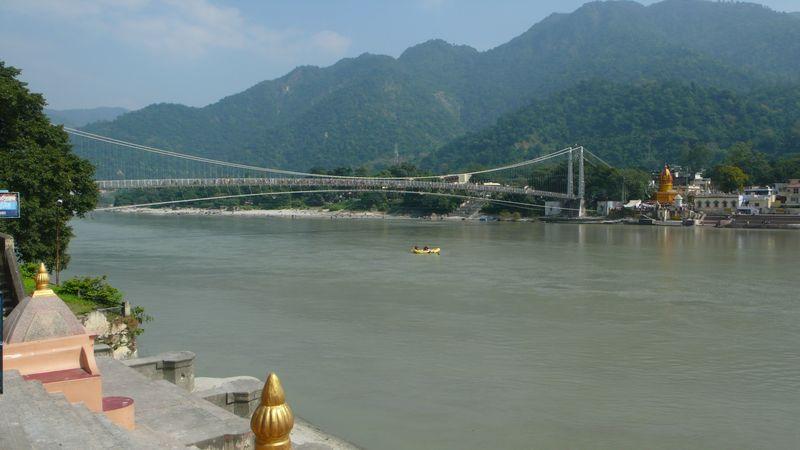 El puente de Laxman Jhula visto desde Ram Jhula