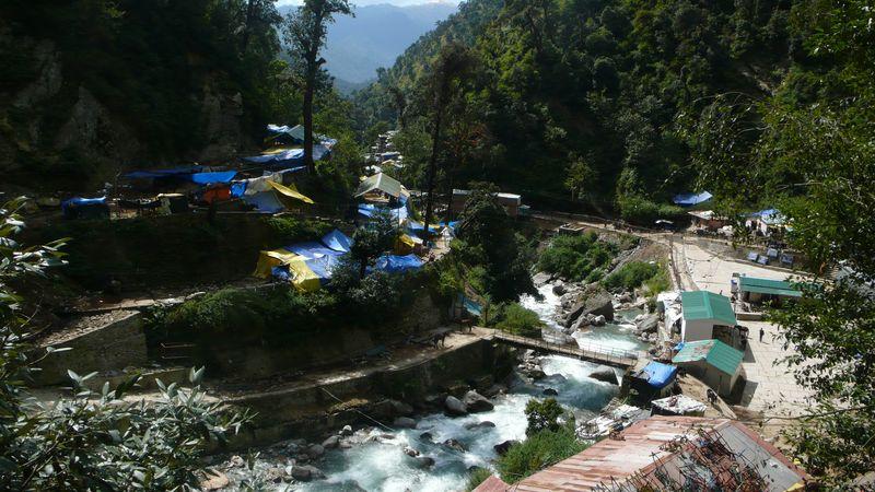 Gaurikund 1981m. Inicio del trekking a Kedarnath 3460m