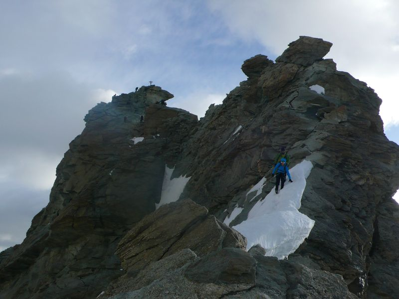 Gente bajando de la cima del Zinalrothorn 4221m