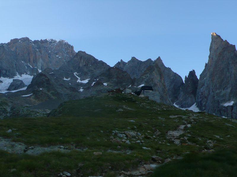 Refugio Monzino con la Aiguille Noire de Peuterey, la Cresta de Peuterey y la Cresta del Brouillard a sus espaldas