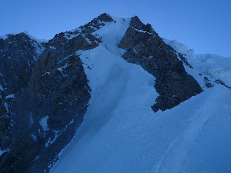 Vista de la cresta que lleva a la cima del Mont Blanc de Courmayeur 4765m desde la cima del Grand Pilier d'Angle 4243m