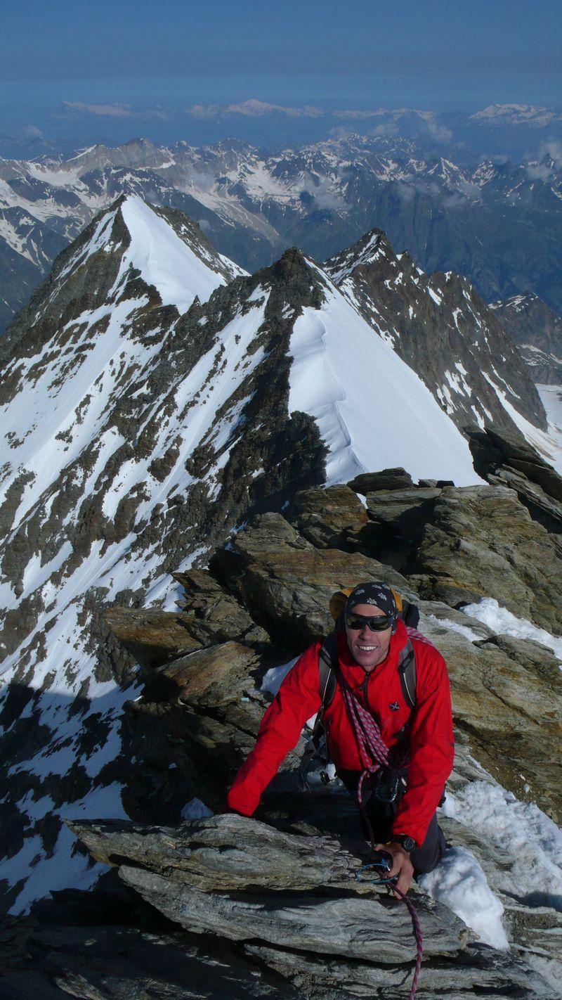 En la cima del Nadelhorn 4327m con Stecknadelhorn 4241m, Hobärghorn 4219m y Dirruhorn 4035m detrás