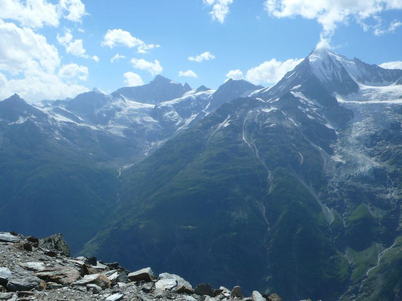 Vista del Weisshorn 4505, Zinalrothorn 4221m y Ober Gabelhorn 4063m desde el Domhütte