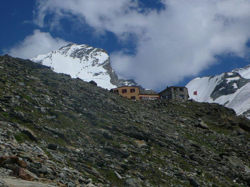 Domhütte 2940m con el Taschorn 4491m detrás