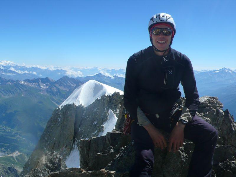 En la cima de la Punta Güssfeldt 4112m con la Aiguille Blanche de Peuterey 4114m detrás