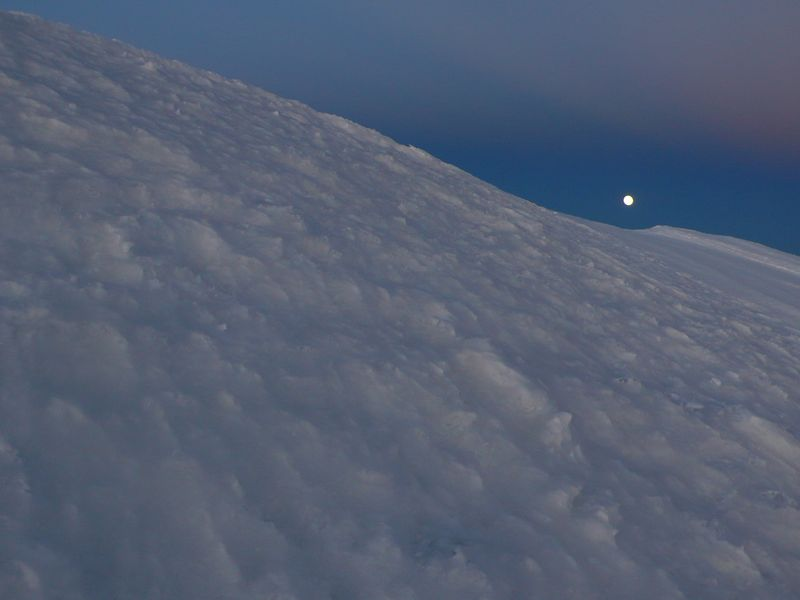 La luna vista desde la cima del Mont Blanc de Courmayeur 4765m