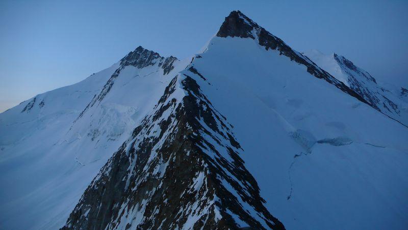Hobärghorn 4219m y Stecknadelhorn 4241m vistos desde la cima del Dirruhorn 4035m