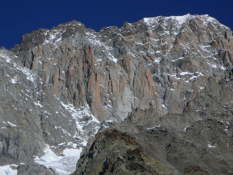 Pico Luigi Amedeo 4470m, Mont Blanc de Courmayeur 4785m y los famosos Pilares Rojos del Brouillard