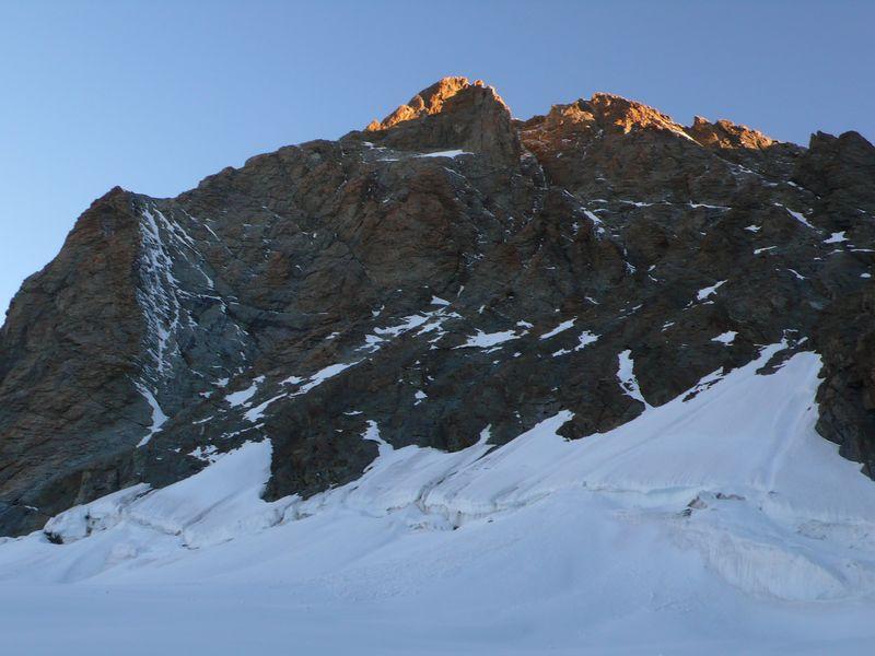 Primeros rayos de sol sobre el Schreckhorn