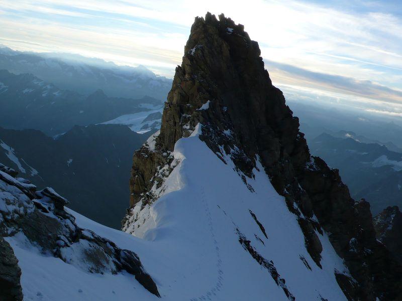 Vista del collado a 3900 metros y de mis huellas desde el inicio de la cresta