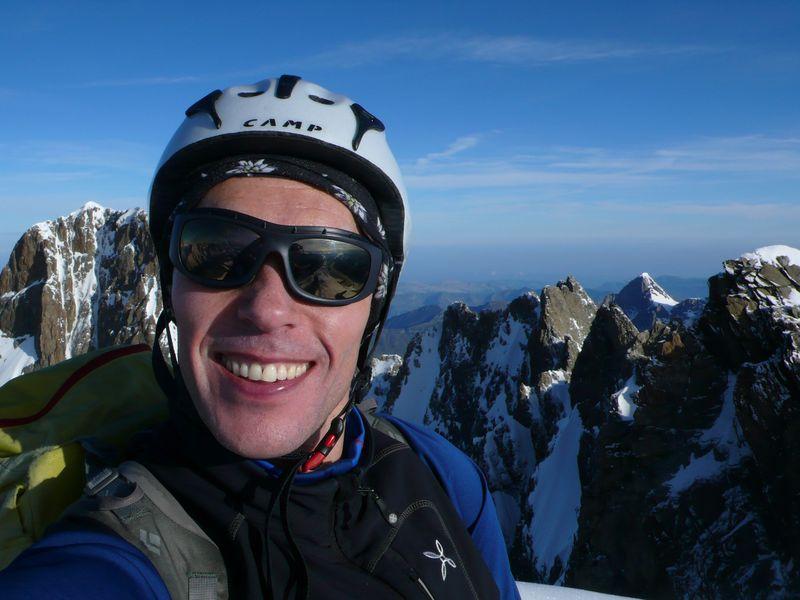En la cima del Lauteraarhorn 4045m con el Schreckhorn 4078m y la travesía que los une