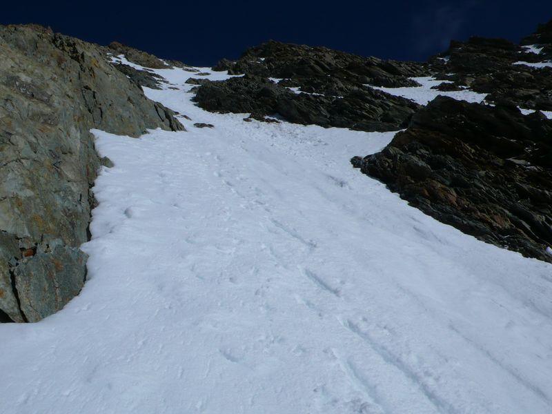 Vista de la parte final del canal de subida a la cima del Lauteraarhorn durante el descenso