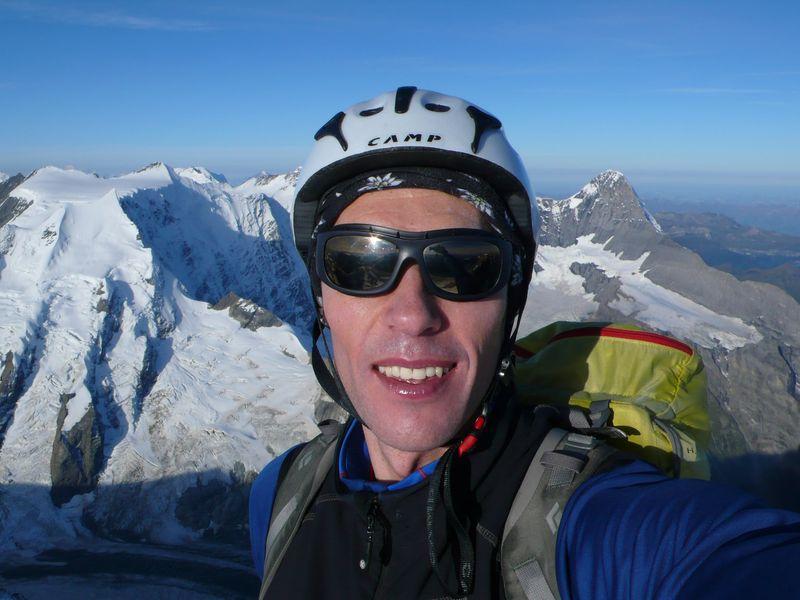 En la cima del Lauteraarhorn 4045m con el Eiger  3970m a mis espaldas