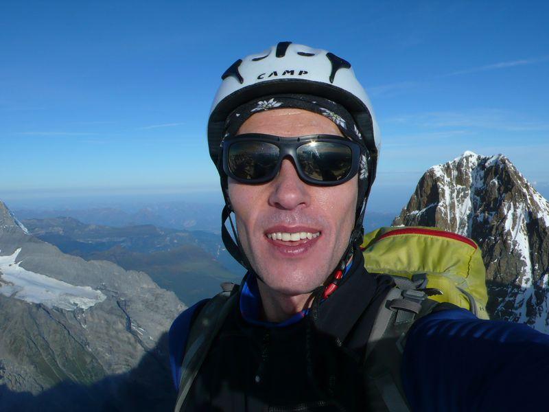 En la cima del Lauteraarhorn 4045m con el Schreckhorn 4078m a mis espaldas
