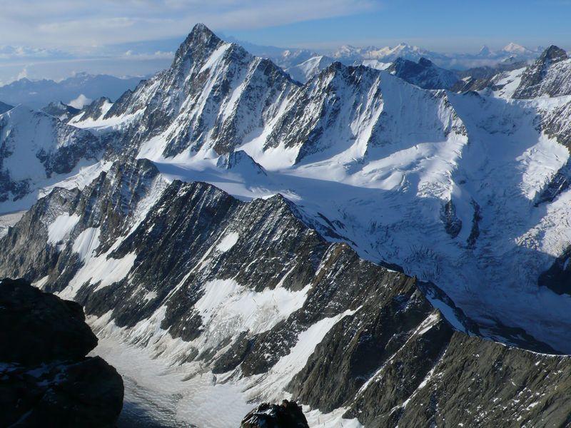 Finsteraarhorn 4074m en primer plano y Cervino 4478m, Weisshorn 4505m y otras cimas en el horizonte vistas desde la cima del Lauteraarhorn