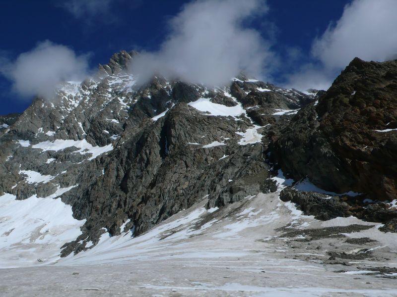 Vista de la ruta de ascenso al Lauteraarhorn y a su cima escondida entre las nubes