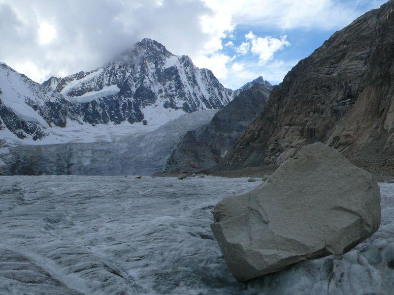 En el glaciar Finsteraarhorn con su cima al fondo