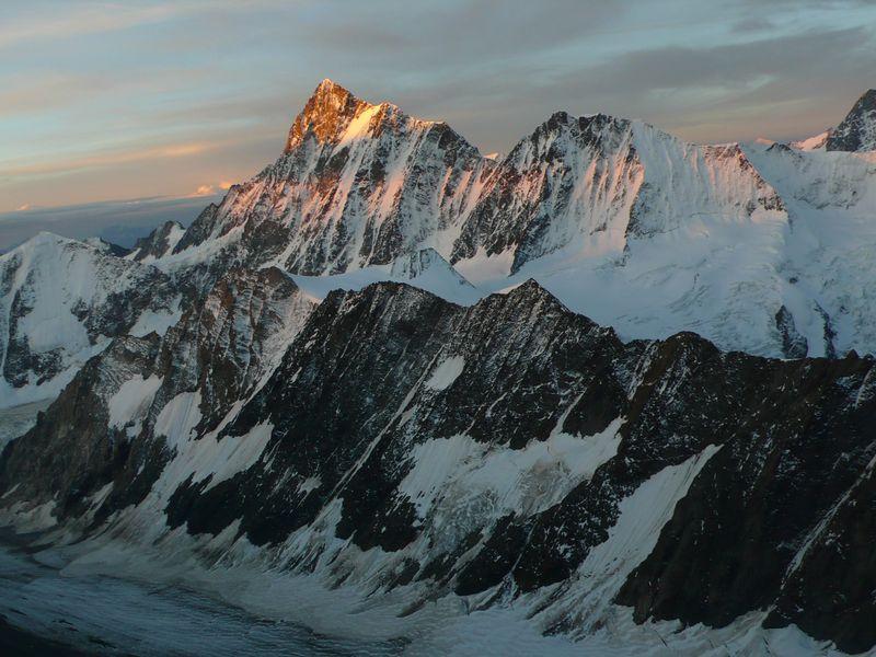 Amanecer en la cima del Finsteraarhorn 4274m